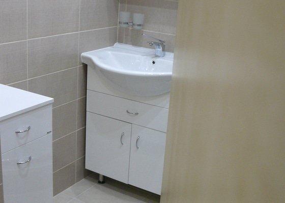 Totální rekonstrukce bytového jádra  včetně výměny podlah a obkladů, nová kuchyňská linka včetně vybavení přístroji, vestavěné skříně v předsíni, vybavení jídelního koutu nábytkem, pokládka plovoucí podlahy v pokoji, celková rekonstrukce elektroinstalace