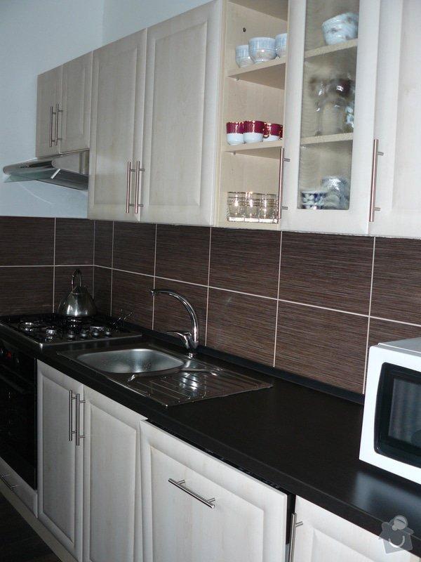 Totální rekonstrukce bytového jádra  včetně výměny podlah a obkladů, nová kuchyňská linka včetně vybavení přístroji, vestavěné skříně v předsíni, vybavení jídelního koutu nábytkem, pokládka plovoucí podlahy v pokoji, celková rekonstrukce elektroinstalace : P1050322