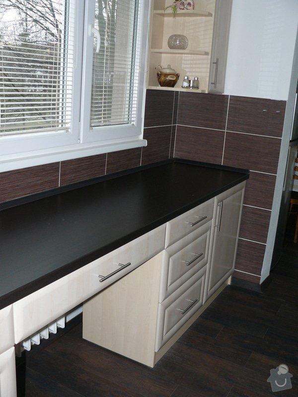 Totální rekonstrukce bytového jádra  včetně výměny podlah a obkladů, nová kuchyňská linka včetně vybavení přístroji, vestavěné skříně v předsíni, vybavení jídelního koutu nábytkem, pokládka plovoucí podlahy v pokoji, celková rekonstrukce elektroinstalace : P1050330
