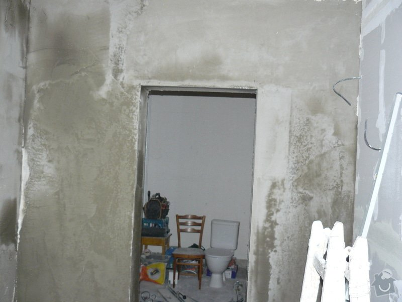 Totální rekonstrukce bytového jádra  včetně výměny podlah a obkladů, nová kuchyňská linka včetně vybavení přístroji, vestavěné skříně v předsíni, vybavení jídelního koutu nábytkem, pokládka plovoucí podlahy v pokoji, celková rekonstrukce elektroinstalace : P1050221
