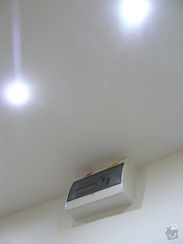 Totální rekonstrukce bytového jádra  včetně výměny podlah a obkladů, nová kuchyňská linka včetně vybavení přístroji, vestavěné skříně v předsíni, vybavení jídelního koutu nábytkem, pokládka plovoucí podlahy v pokoji, celková rekonstrukce elektroinstalace : P1050339