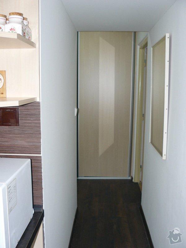 Totální rekonstrukce bytového jádra  včetně výměny podlah a obkladů, nová kuchyňská linka včetně vybavení přístroji, vestavěné skříně v předsíni, vybavení jídelního koutu nábytkem, pokládka plovoucí podlahy v pokoji, celková rekonstrukce elektroinstalace : P1050314