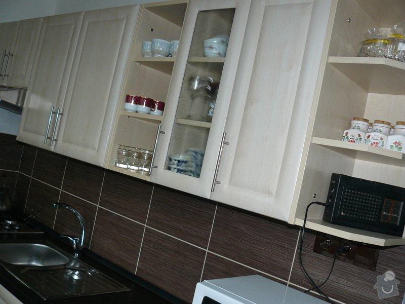 Totální rekonstrukce bytového jádra  včetně výměny podlah a obkladů, nová kuchyňská linka včetně vybavení přístroji, vestavěné skříně v předsíni, vybavení jídelního koutu nábytkem, pokládka plovoucí podlahy v pokoji, celková rekonstrukce elektroinstalace : P1050323