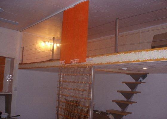 Patro na spaní, schody,osvětlení,zábradlí,podlaha.