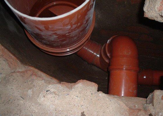 Oprava prosakující kanalizační stoky pod činžovním domem v Praze - zatrubnění + rekonstrukce ležaté kanalizace