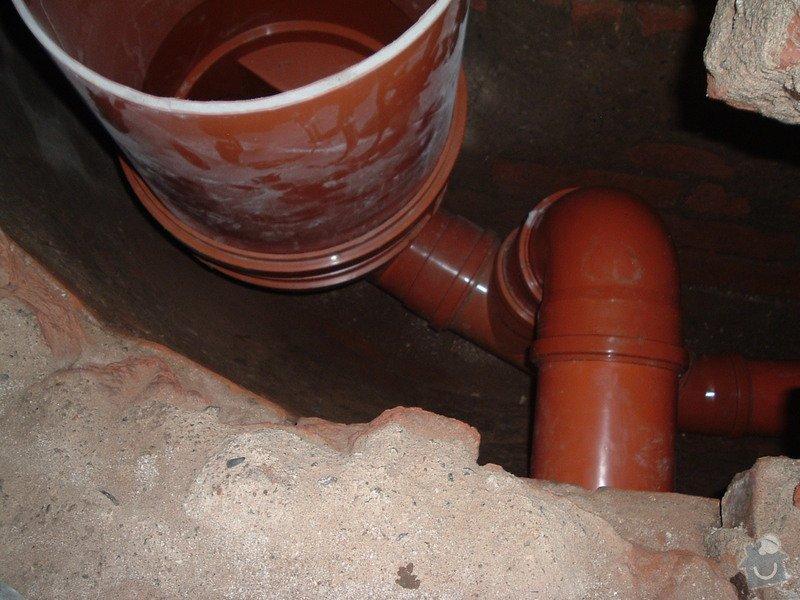 Oprava prosakující kanalizační stoky pod činžovním domem v Praze - zatrubnění + rekonstrukce ležaté kanalizace: 035