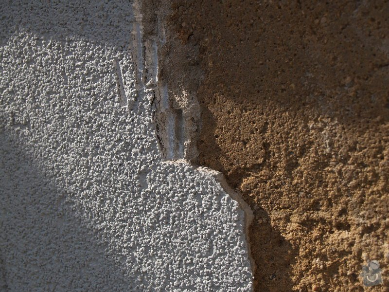 Oprava venkovni omitky a natazeni fasadni barvou; nahozeni a nastukovani venkovniho krbu do kulata: P4172756