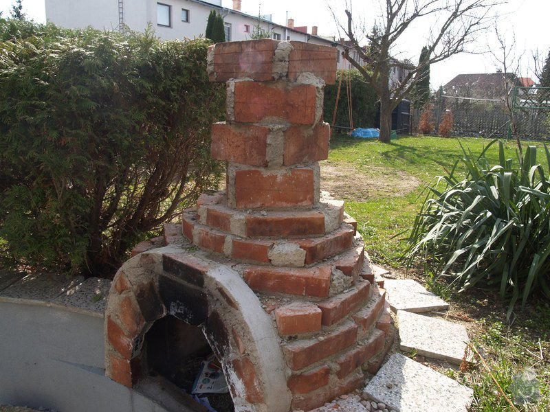 Oprava venkovni omitky a natazeni fasadni barvou; nahozeni a nastukovani venkovniho krbu do kulata: P4172757