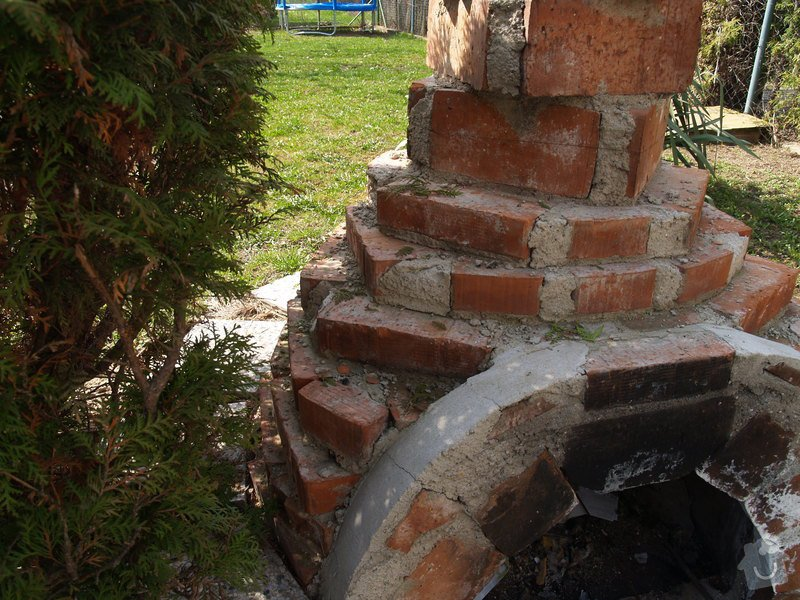 Oprava venkovni omitky a natazeni fasadni barvou; nahozeni a nastukovani venkovniho krbu do kulata: P4172758