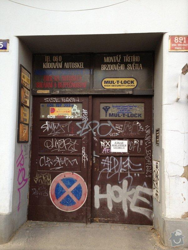 Nové průjezdové dveře činžovního domu.: IMG_0206