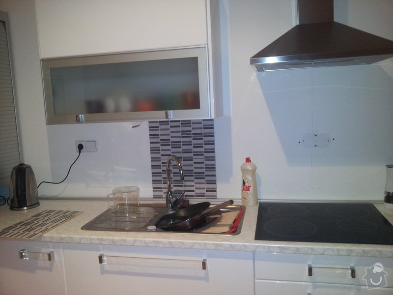 Nalepení kachliček za kuchyňskou linku: kuchyn
