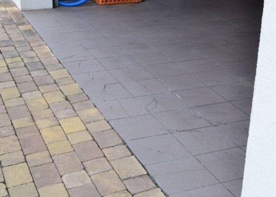 Výměna poškozených dlaždic v garáži, vyrovnání propadlé zámkové dlažby