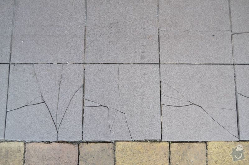 Výměna poškozených dlaždic v garáži, vyrovnání propadlé zámkové dlažby: DSC_0117