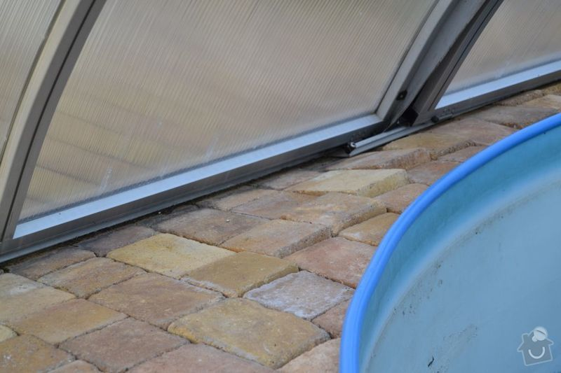 Výměna poškozených dlaždic v garáži, vyrovnání propadlé zámkové dlažby: DSC_0125