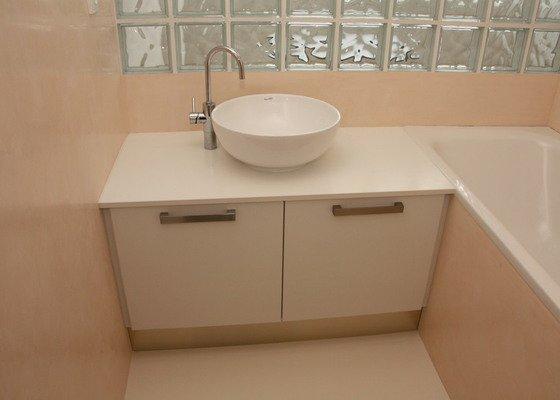 Kompletní interiérové vybavení bytu 3+1 - kuchyň, spotřebiče, dveře, koupelna, šatní skříň, obývací pokoj