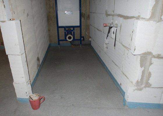 Srovnání hrubé podlahy v bytě