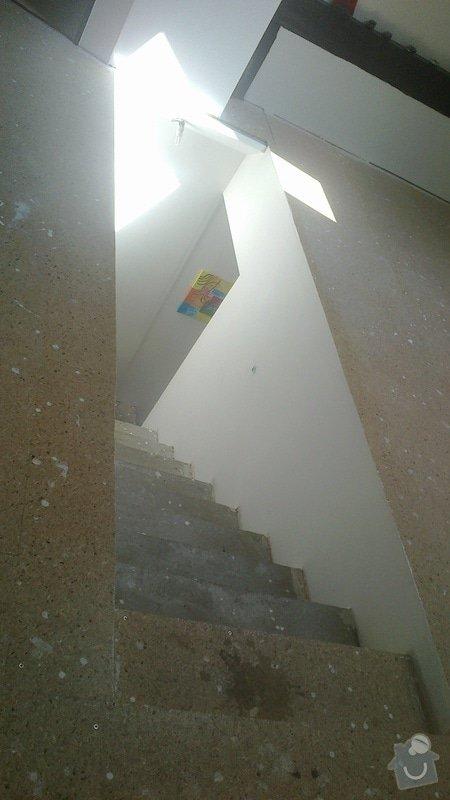 Dřevěné zábradlí kolem vyústění schodiště: 2013-05-04-107