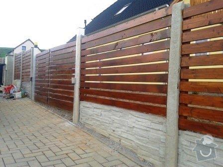 Oplocení přední strany RD s křídlovou bránou a brankou: Okrasne_bet._oploceni_s_drevenou_vyplni_Lany_okres_Kladno_brana