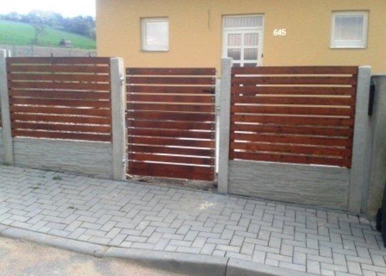 Oplocení přední strany RD s křídlovou bránou a brankou