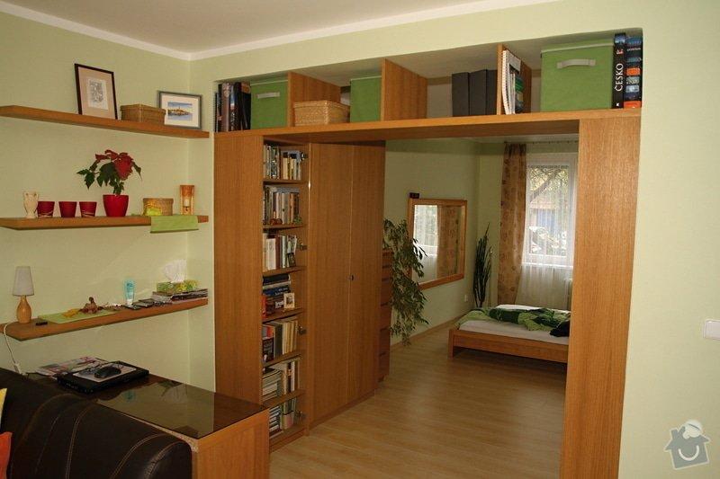 Knihovny s masivní policí ve výklenku: knihovna-0508-00