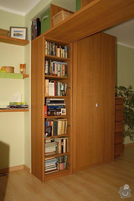 Knihovny s masivní policí ve výklenku: knihovna-0508-02