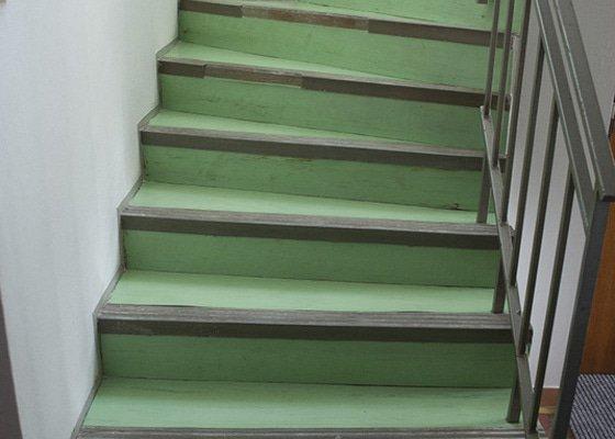 Polozeni PVC podlahy na schodiste