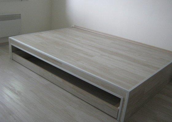 Zvýšené pódium s postelí