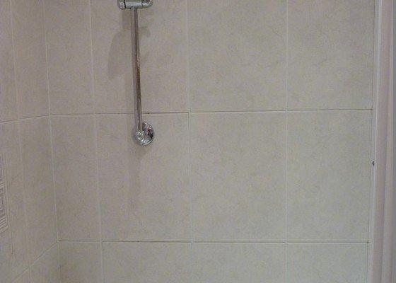 Přespárování obkladů v koupelně, přetěsnění vany