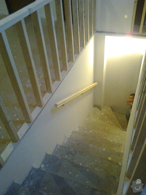 Dřevěné zábradlí kolem vyústění schodiště: Fotografie0053