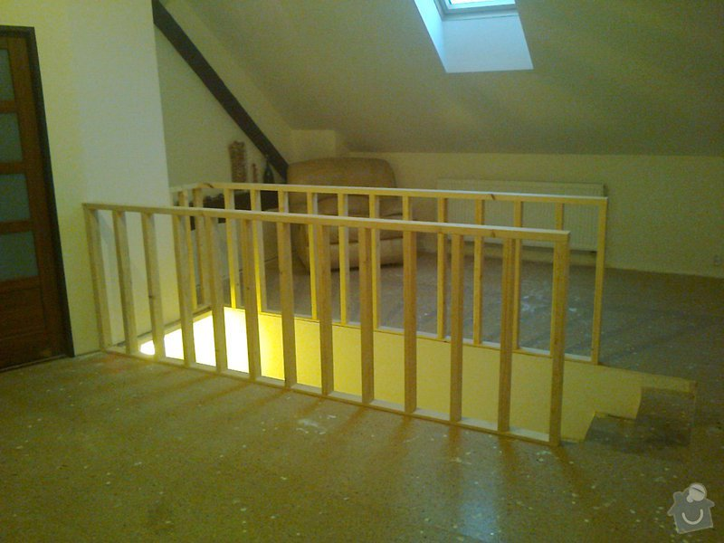 Dřevěné zábradlí kolem vyústění schodiště: Fotografie0054