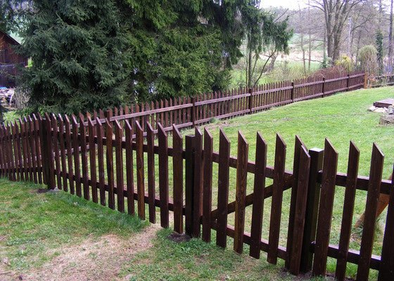 Dřevěný plot okolo chalupy