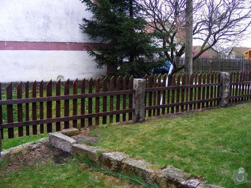 Dřevěný plot okolo chalupy: dokonceni_plotu_009