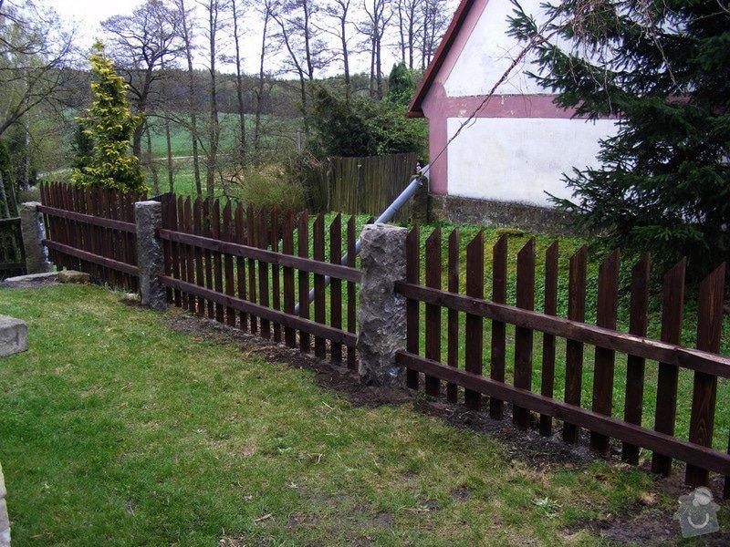 Dřevěný plot okolo chalupy: dokonceni_plotu_005
