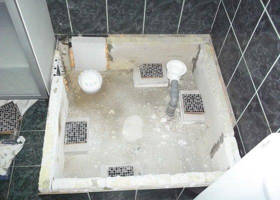 Výměna vaničky sprchového koutu, přespárování obkladů ve sprše