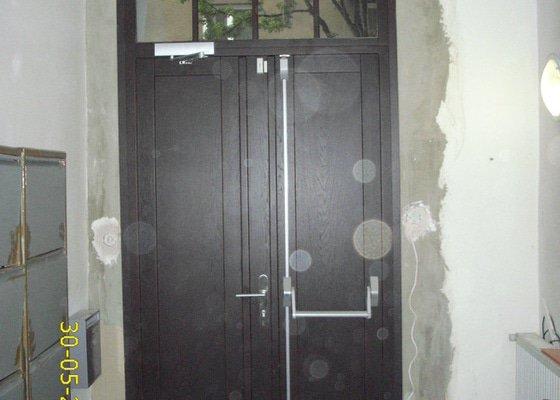 Zednické začištění vchodových dveří do činžovního domu