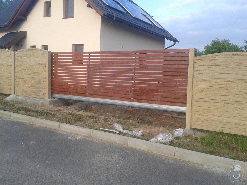 Oplocení RD Herink: betonove_oploceni_Herink_barva_piskovec_horni_deska_radius_brana_samonosna_s_pohonem_5_2_m_drevena_vypln