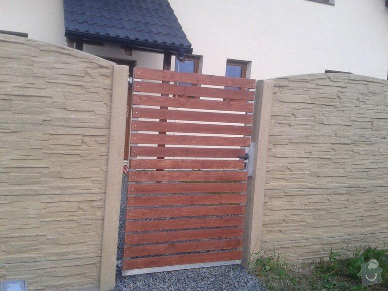 Oplocení RD Herink: betonove_oploceni_Herink_barva_piskovec_horni_deska_radius_branka_drevena_vypln