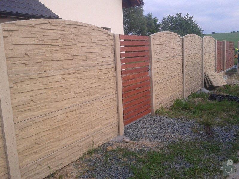 Oplocení RD Herink: betonove_oploceni_Herink_barva_piskovec_horni_deska_radius