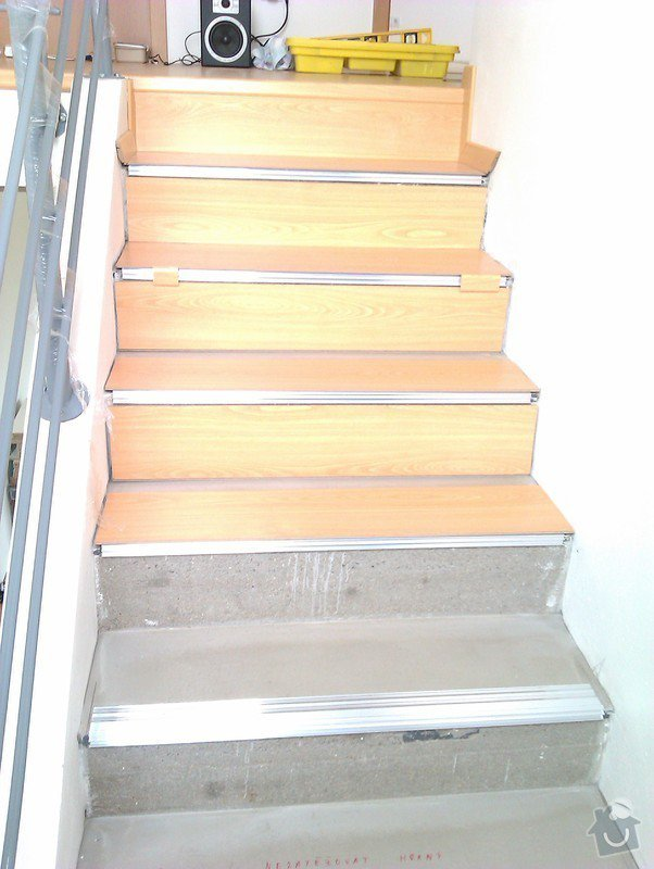 Pokládka plovoucí podlahy včetně obložení schodiště: IMAG0179