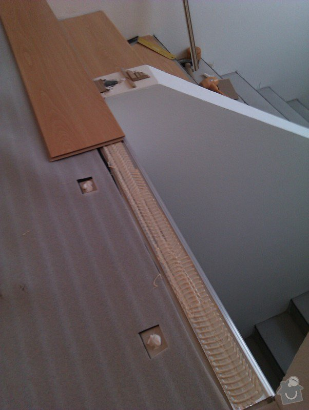 Pokládka plovoucí podlahy včetně obložení schodiště: IMAG0155