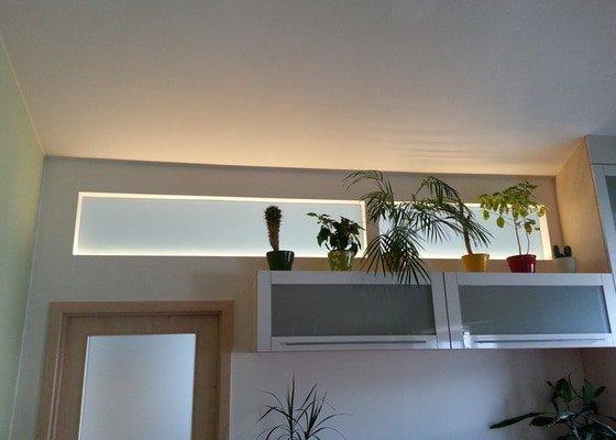 Předělení místnosti (pravděp. sádrokarton, možná s vloženým sklem)