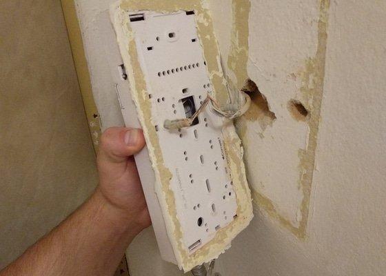 Oprava odpadlého domovního telefonu