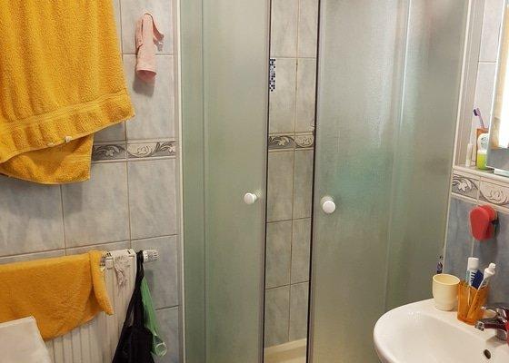 Vyvést vodu na vnější fasádu domu a osadit kohoutkem + přesilikonovat sprchový kout.