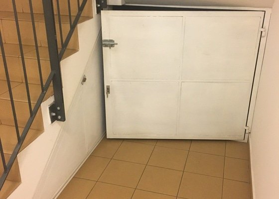 Vyroba a montaz dvirek prostoru pod schodistem.
