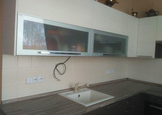 Instalace led pásky na kuchyňskou linku a připojení hlavního jednofázového jističe.