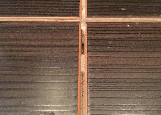 Oprava uvolněné dlažby v koupelně
