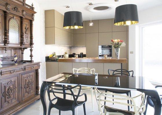 Luxusní kuchyně v dekoru zlaté kůže s černou sedla náročnému manželskému páru