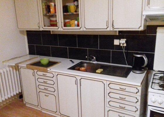 Výměna kuchyňské pracovní desky včetně instalace dřezu a dřezové baterie