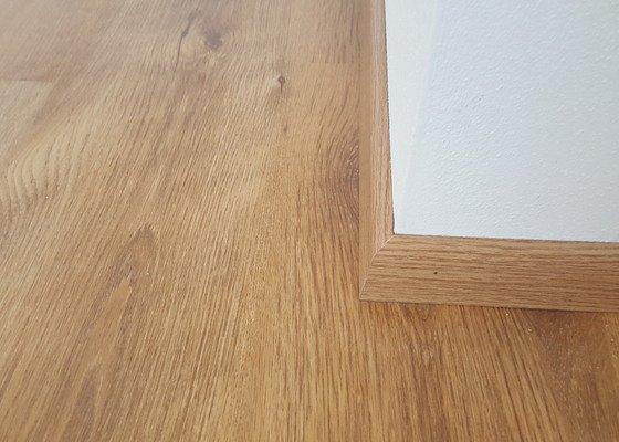 Pokládka laminátové podlahy + lištování v novostavbě