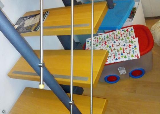 Oprava schodů (kovové zábradlí se uvolnilo a nedá se pripevnít k schodům)